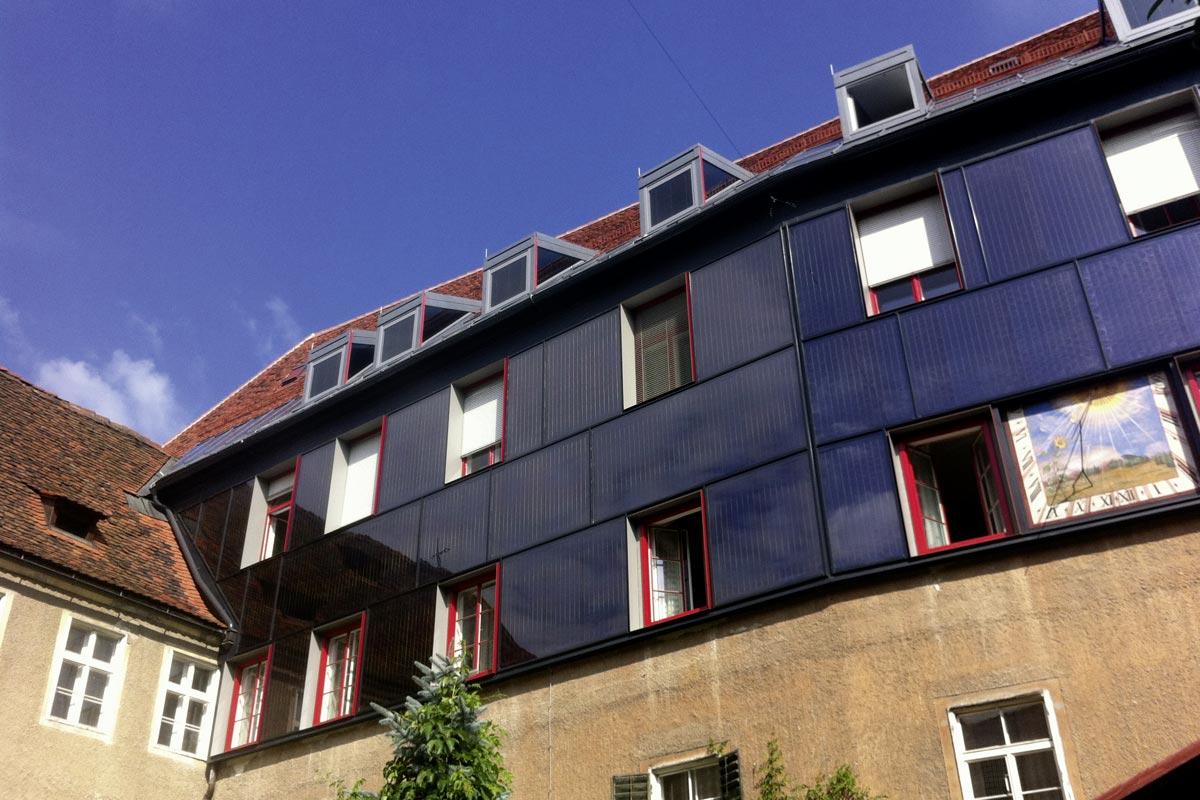 Franziskanerkloster Graz, fassadenintegrierte Solarkollektoren (derzeitiger Sanierungsstand) unten: Bauteilheizung und Heizraum mit Wärmepumpen,Foto: AEE INTEC