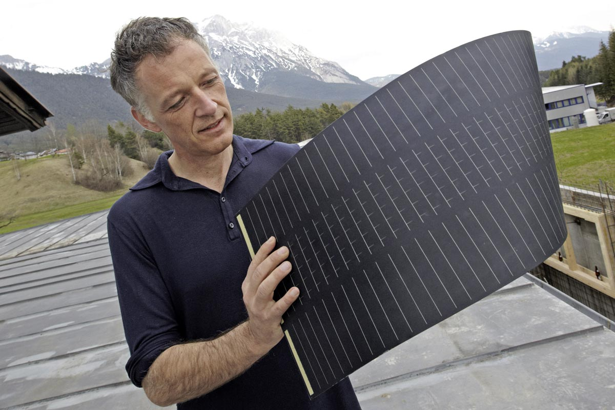 Andreas Zimmermann of Sunplugged with flexible simpliCIS epitaxial solar cells, Source: © Ringhofer/Climate and Energy Fund