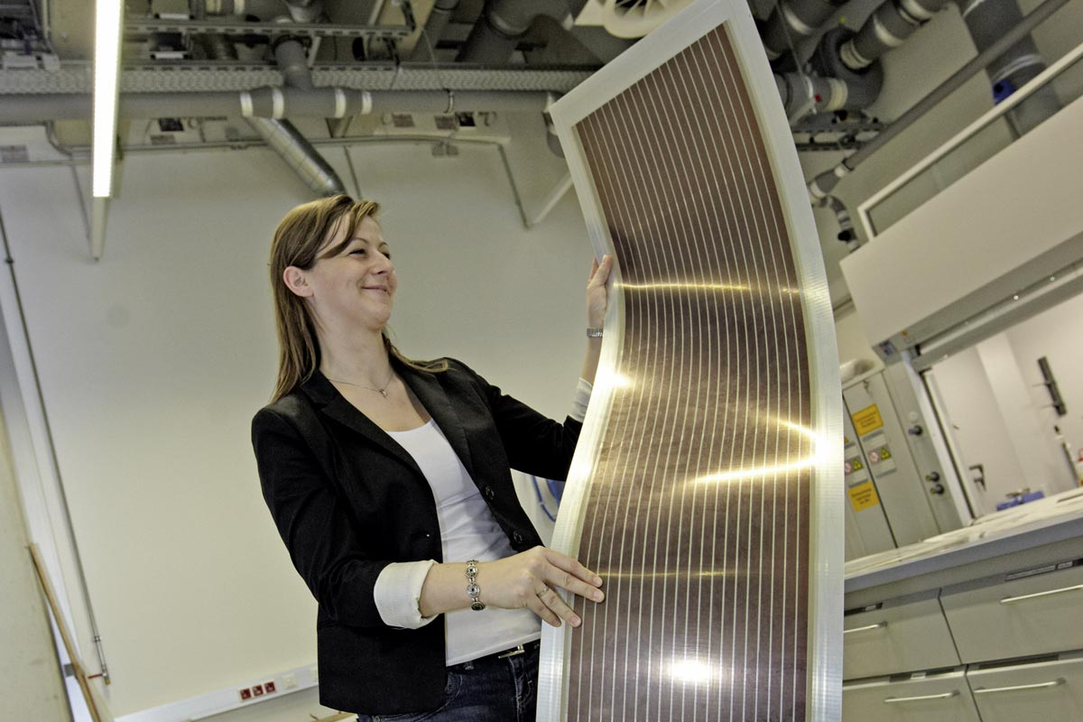 Christina Schinagl of ISOVOLTAIC with a flexible solar module Source: © Ringhofer/Climate and Energy Fund