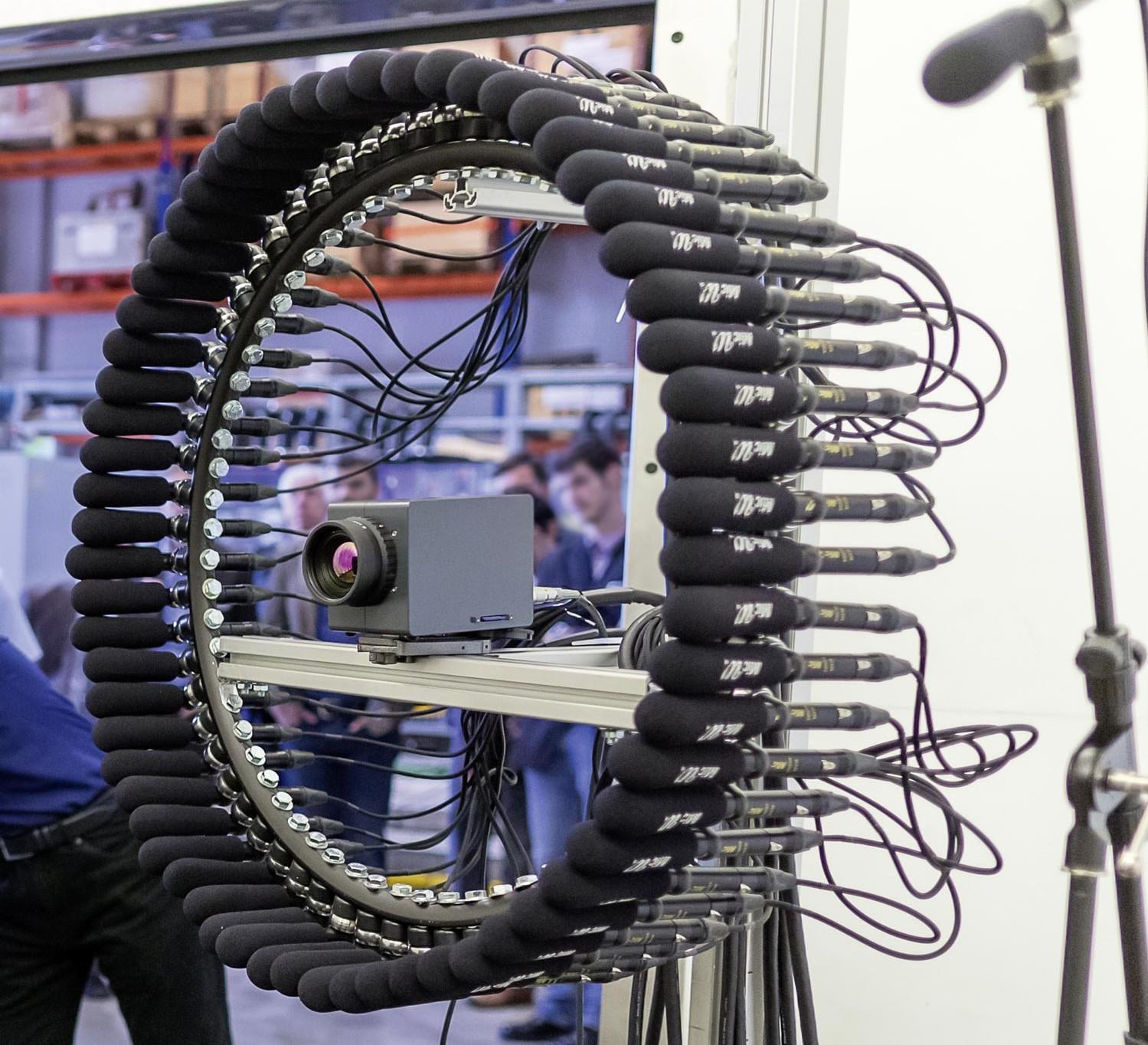 Akustische Kamera in Ringform (64 Kanäle) mit einer in der Mitte positionierten Thermokamera für den Einsatz in der Klimakammer; Foto: AIT/Ludwig Schedl