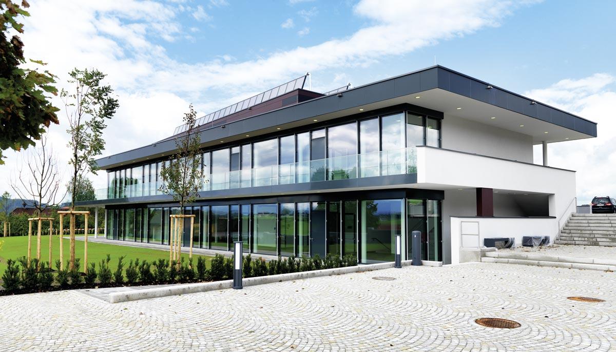 Energieversorgung über Solarthermie, Gemeindezentrum Hallwang, Foto: Adrian Kuster, Millstatt