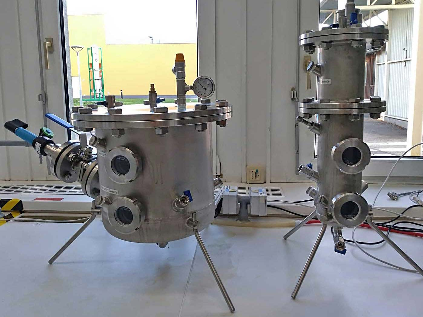 Bio-trickling filter and CSTR (Continuous stirred-tank reactor) at small scale, photo: University of Natural Resources and Life Sciences, Institute of Environmental Biotechnology