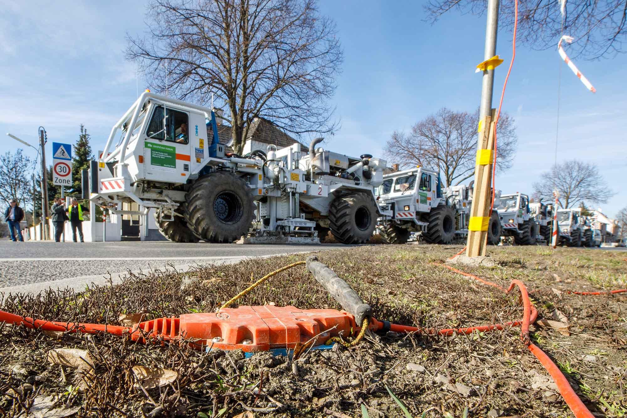 Impulsfahrzeuge bei 2D-Seismik-Messungen im Raum Wien und Groß-Enzersdorf, Foto: Wien Energie/Christian Hofer